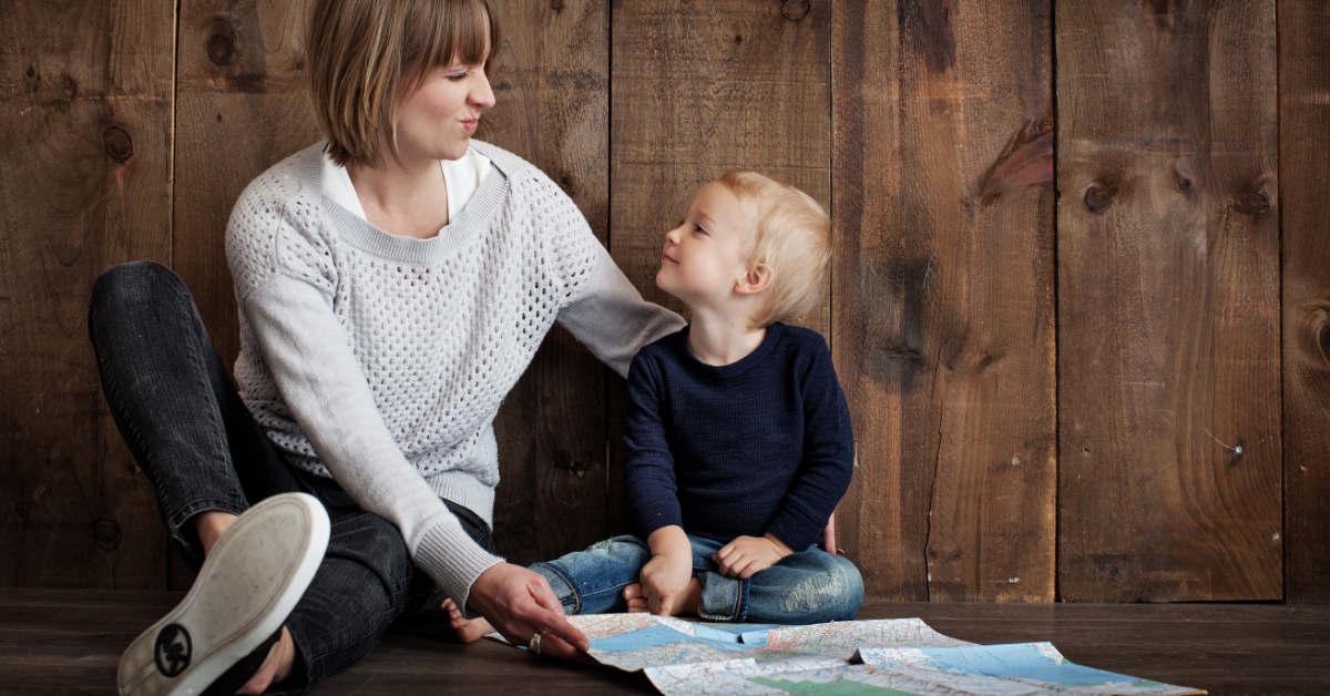 Mamma con bambino bilingue e mappa